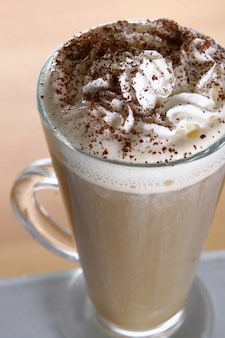 Caffè caldo con panna montata