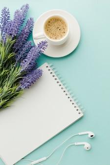 Caffè caldo del mattino con fiori di lavanda distesi piatti