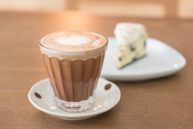 Caffè caldo di moka con la torta