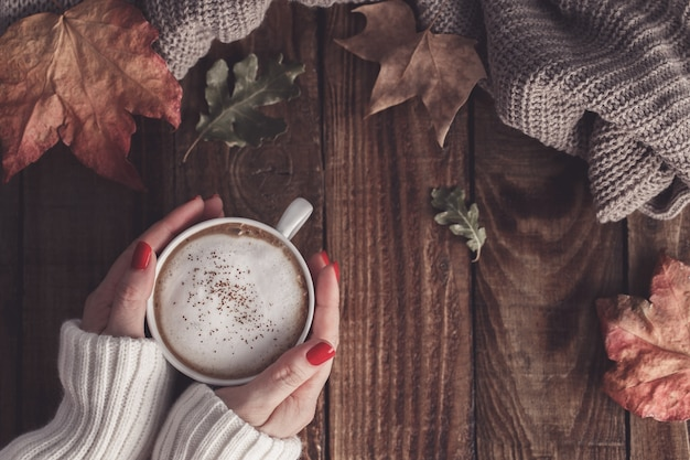 Caffè caldo e foglie d'autunno