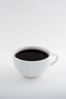 Caffè caldo isolato su bianco