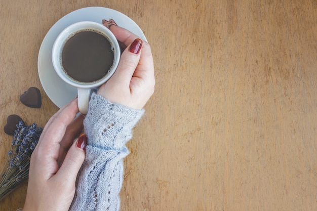 Caffè caldo nelle mani. bevande. messa a fuoco selettiva