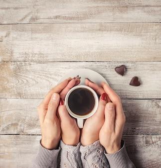 Caffè caldo nelle mani di una persona cara.