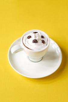 Caffè, cappuccino con una tazza bianca, soffice latte bianco in cima