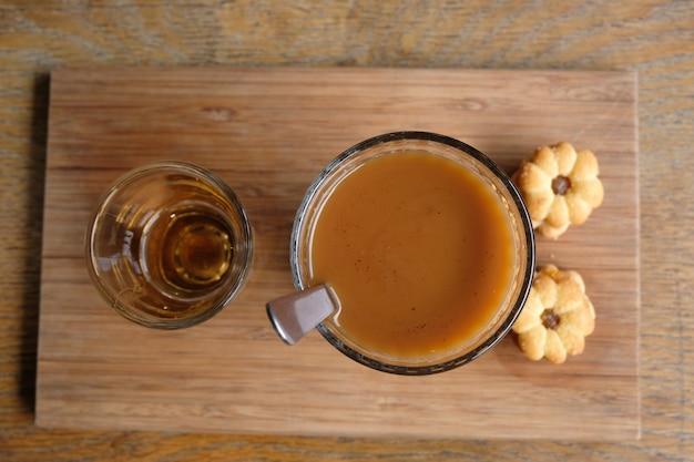 Caffè che gocciola in stile thai