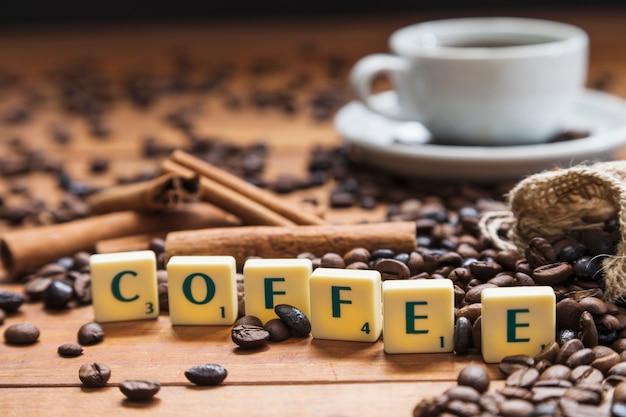Caffè che scrive vicino a fagioli e cannella
