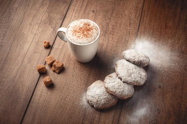 Caffè con biscotti e cannella