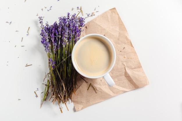 Caffè con composizione di fiori sul tavolo