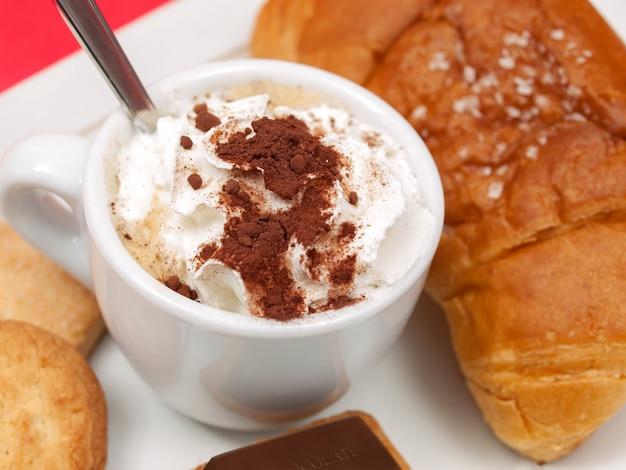 Caffè con crema e croissant al cioccolato