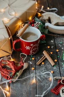 Caffè con latte e cannella sul tavolo