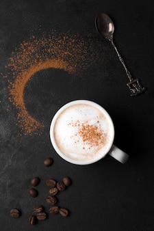 Caffè con latte e polvere di caffè