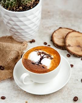 Caffè con latte montato e disegno