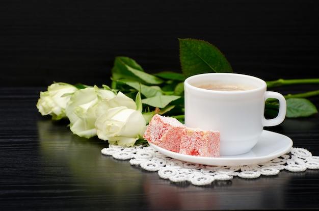 Caffè con latte, turkish delight bouquet di rose bianche