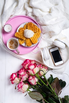 Caffè con waffle e rose. san valentino o 8 marzo
