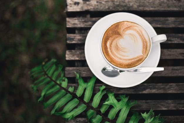 Caffè d'arte sul tavolo