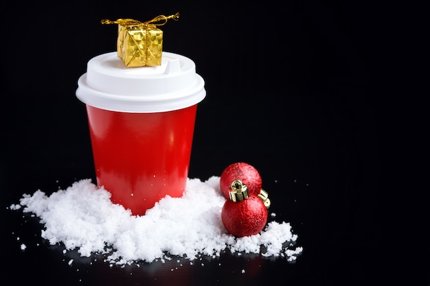 Caffè da andare in tazza rossa e decorazioni natalizie