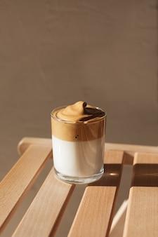 Caffè dalgon alla luce del sole su una panca di legno