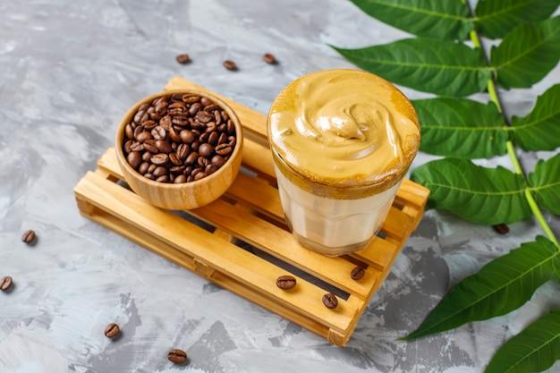 Caffè dalgona. bevanda di tendenza ghiacciata soffice e cremosa con schiuma di caffè e latte.