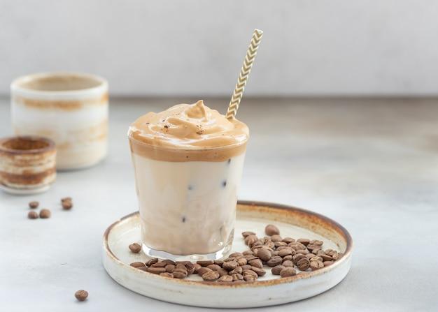 Caffè dalgona con schiuma dolce e ghiaccio in un bicchiere