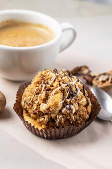 Caffè del mattino con dessert al cioccolato
