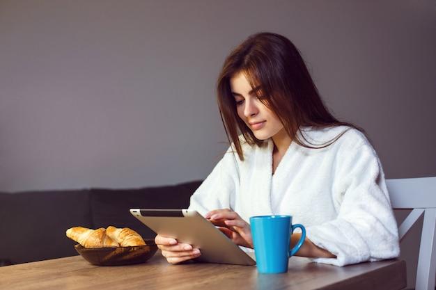 Caffè del mattino con tablet pc