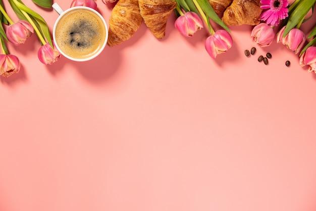 Caffè del mattino, cornetti e bellissimi fiori. colazione accogliente.