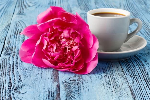 Caffè del mattino e bellissimo fiore di peonia rosa