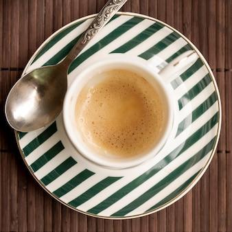 Caffè della tazza di latte di vista superiore con fondo di legno