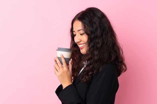 Caffè della tenuta della donna di affari della corsa mista da portare via