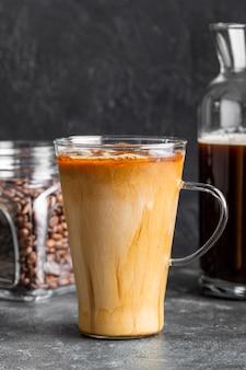 Caffè di ghiaccio del primo piano con latte e zucchero
