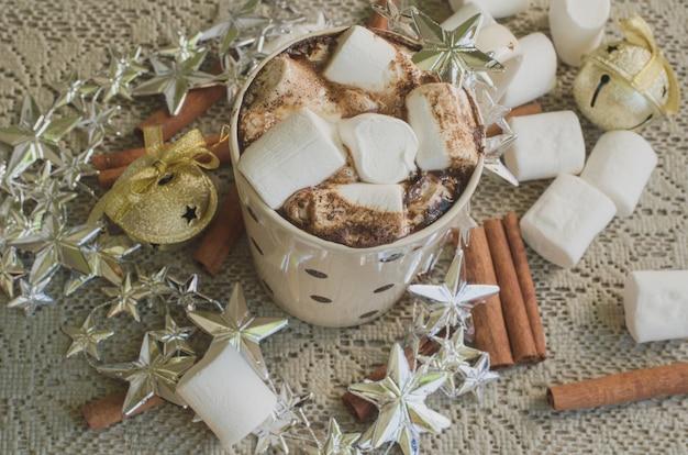 Caffè di natale con marshmallow