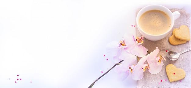 Caffè di san valentino con sfondo di fiori
