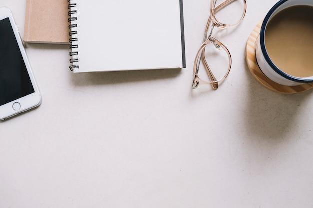 Caffè e articoli di cancelleria su bianco