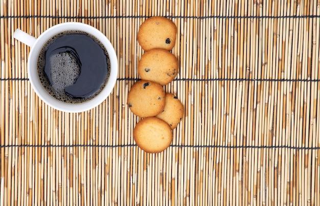 Caffè e biscotti su una stuoia di paglia
