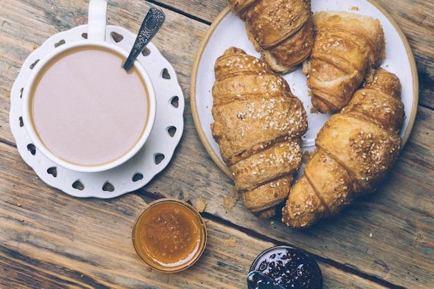 Caffè e cornetti con marmellata. colazione tipica francese (petit déjeuner)