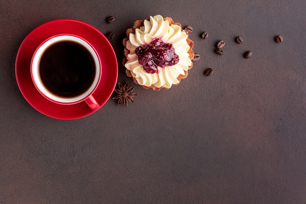 Caffè e deliziosa torta copia spazio