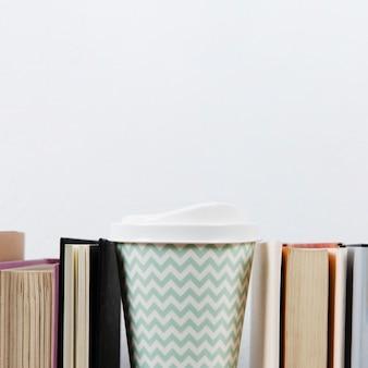 Caffè e libri con spazio di copia