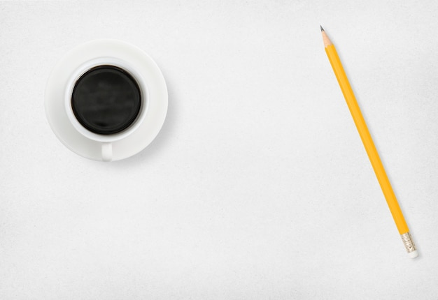 Caffè e matita su carta bianca.