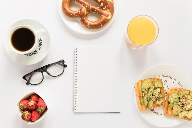 Caffè e pretzel sul tavolo