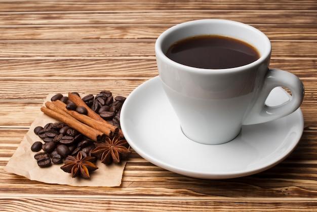 Caffè e spezie sul tavolo di legno