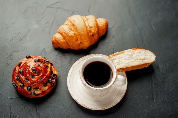 Caffè e torta su un tavolo di pietra. colazione del mattino