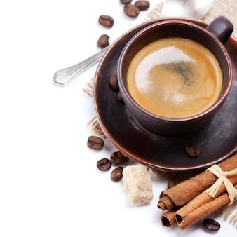 Caffè espresso con chicchi di caffè e cioccolato