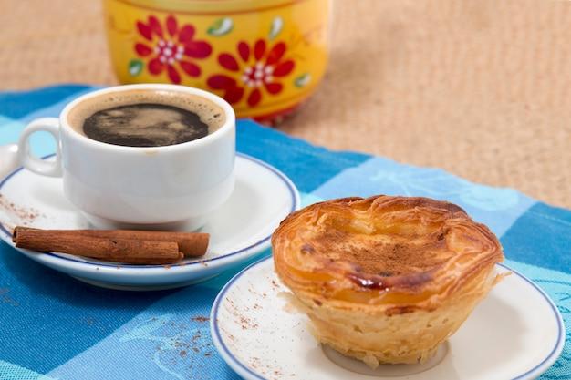 Caffè espresso e pasticceria con crema all'uovo