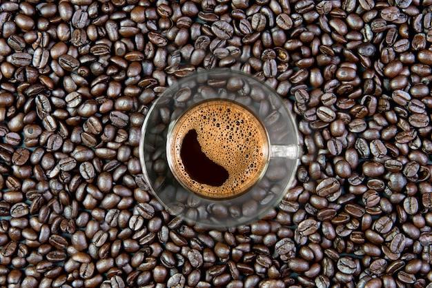 Caffè espresso in un bicchiere sul tavolo di legno