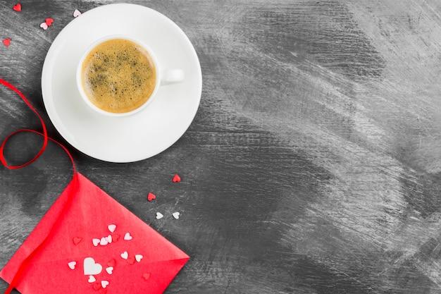 Caffè espresso in una tazza bianca, lettera d'amore su uno sfondo scuro. vista dall'alto, copia spazio. sfondo di cibo.