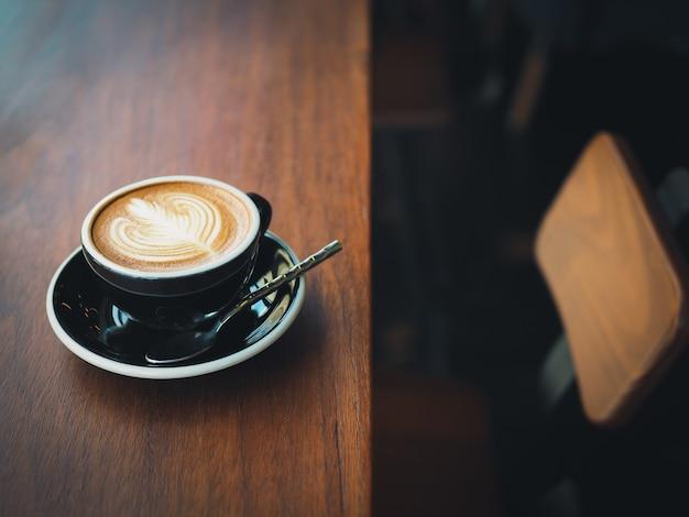 Caffè espresso latte art nella caffetteria