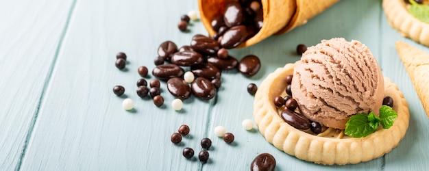 Caffè fatto in casa e gelato al cioccolato