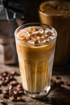 Caffè freddo con ghiaccio e panna