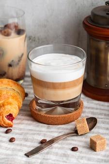 Caffè fresco del primo piano con latte e zucchero