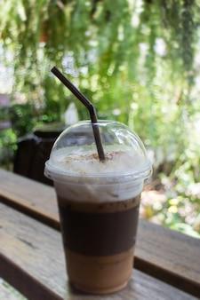 Caffè ghiacciato con schiuma di latte